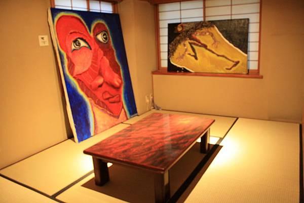 樓上也很多隔間;小和室裡隨處放了二三幅衝突的抽象畫