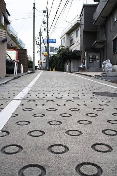 這條路很可愛,路面是圓圈圈~!