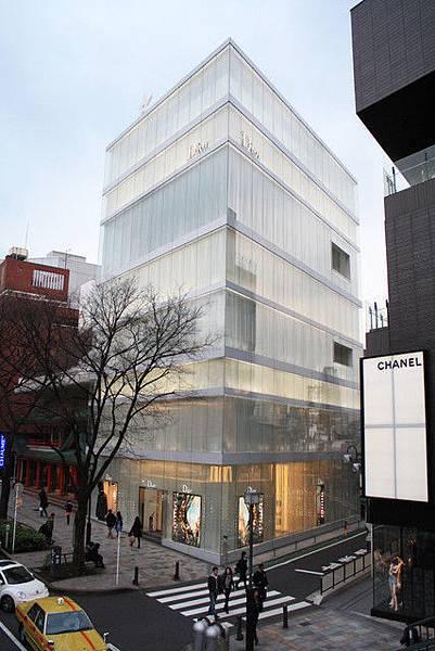 全白的Dior表参道旗艦店好漂亮~頂樓不忘弄一顆星星