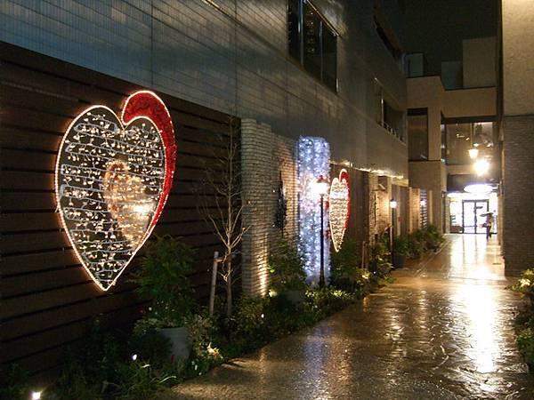 巧克力店在門前弄了很多愛心裝飾提醒大家情人節將至