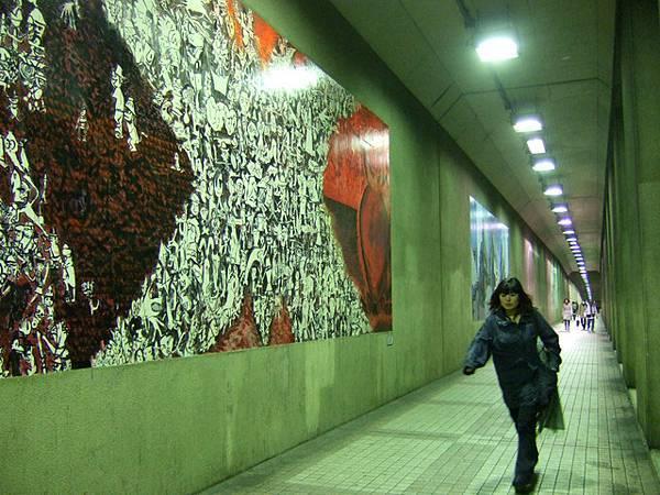 館外有條很長的水泥通道,美術館不忘仔細地在每面牆佈置畫作