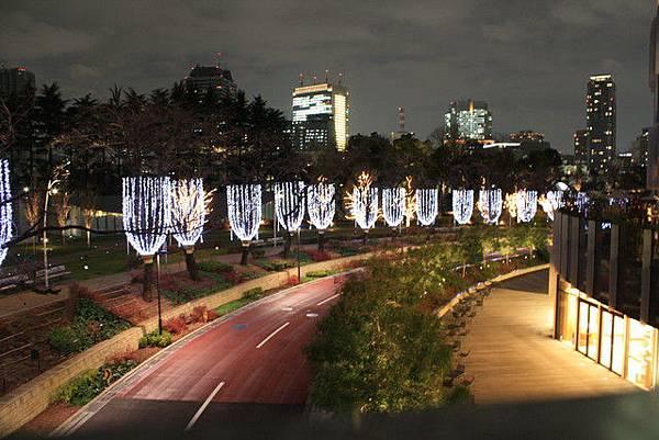 Midtown Garden外圍有一排浪漫的流星燈飾