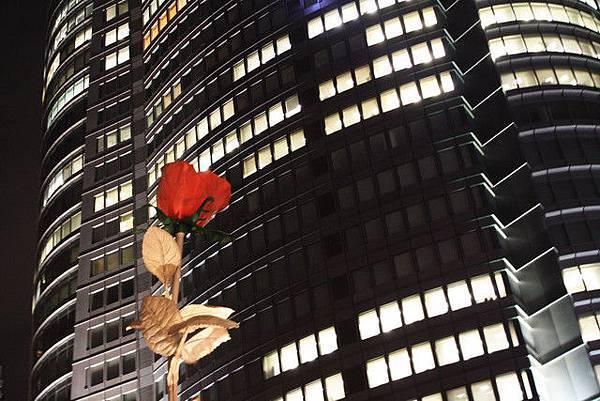 據說這朵巨大薔薇象徵了六本木的愛與美;我很愛它的紅
