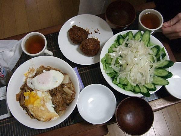 將~今天晚餐:沙拉、剩下的牛肉丸、日式炒麵