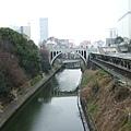 右邊是JR御茶ノ水駅,月台旁就是神田川,前方還可以看到聖橋