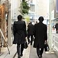 日本型男必備黑色大衣!不過左邊看起來比較英挺呢~