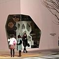 在美女身旁的粉紅建築物有沒有好面熟