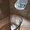 不規則窗戶與螺旋樓梯彎曲的角度很搭