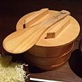 隨後又送上一桶飯,飯匙上還用心地沾了水以防米黏在上頭