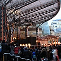 廣場外圍黑鴉鴉擠了滿滿的一圈人