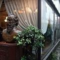 它是與竹下通並行的布拉姆斯小徑,途中還能見到布拉姆斯銅像呢