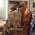 歐巴桑正在幫客人穿和服