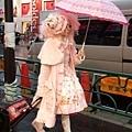 在明治通り遇到一位粉紅假髮並且頭戴蛋糕帽的蘿莉塔,一絕!