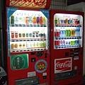 發現附近有通通一百円的自動販賣機~好酷喔