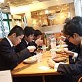 隔壁桌的國中生很乖巧認真的在吃中餐
