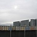 月台看出去 一整片的彩色公寓,天灰灰氣候很不穩