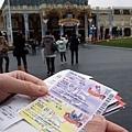 剛好是東京迪士尼渡假區二十五週年慶,所以門票印有25的字樣