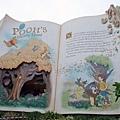 第一站來到大人氣的小熊維尼獵蜜記,入口弄得像故事書內頁一樣