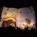 經過打燈的維尼故事書,排隊的人頭剪影好像都在抬頭看書一樣