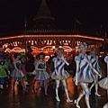 巧遇表演隊伍從城堡後方要去廣場表演呢