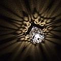 天花板上的雕花方燈氣氛十足