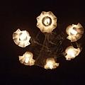 吊燈不忘加上蜘蛛網等等,一進來就能感受到舖陳的很夠力