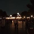 看得到咩?有一堆人在走道兩旁席地而坐等待夜間遊行