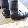 月台上 一雙被主人嚴重磨損的鞋底