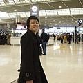 還沒三點就到機場了,瞧他多想趕我回家 笑得多開心!