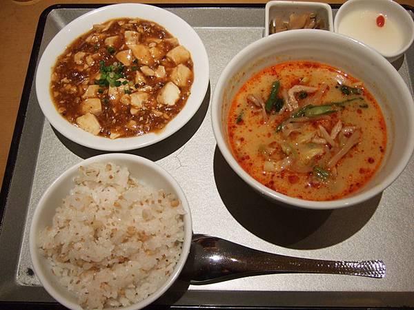 麻婆豆腐+白飯+料很多的担担麵,是有沒有這麼愛飯麵一起吃啊