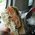 高鐵MOS限定販售的鮮蝦三明治真的很好吃呢,當早午餐剛好