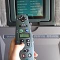 以前坐的飛機都沒有個人小電視,所以眼睛雖累卻硬要玩四川省