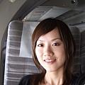 笑容好假。這次很巧旁邊坐的是我主任女兒的小學老師跟團也去日本