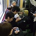 不是玩手機就是玩電動 日本人連坐車都很忙吶