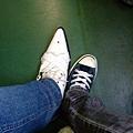 這時候還是全新的白色尖頭鞋