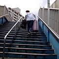 拚了拚了!每天都要爬這座要人命天橋!