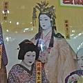 女生也是男演員反串,坂東玉三郎的女裝扮相真美,但有的化得像鬼