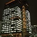 八點半 透明辦公大樓 燈火通明很美 卻也表現出現代人的悲哀
