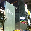 銀座真是名牌旗鑑店的天下 Dior大樓上面還有一顆星星呢