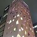 出自設計師伊東豊雄之手,外牆是幸福的粉紅色和不規則開口的窗戶