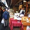 就像漁市場週邊一樣,賣一些海鮮漬物乾貨之類的
