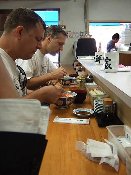 二個外國人靜靜地吃著丼飯看得我好不習慣
