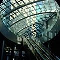 地鐵出口通常設在飯店大樓百貨,這個橢圓型開口可以透視外面耶