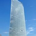 步出車站出口,映入眼簾盡是一棟棟超高大樓,這棟外型最特別!