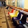 裡面擺了一百種經典椅散佈在各處供客人休息,大師級的椅子喔