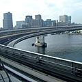 沿途會看到高速道路  Ryo說開快車過這個彎真的很可怕~