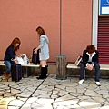 抽煙時間。隔壁的日本女生,現在是流行用小旅行箱裝血拚物嗎?