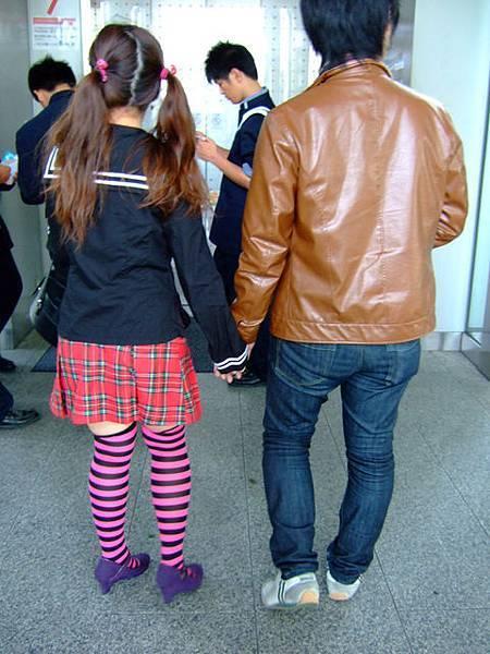 紅格子+粉紅黑襪子+紫鞋   看得我好不舒服...