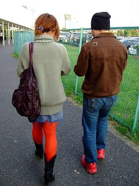 這對情侶的襪子和小紅鞋好亮眼!