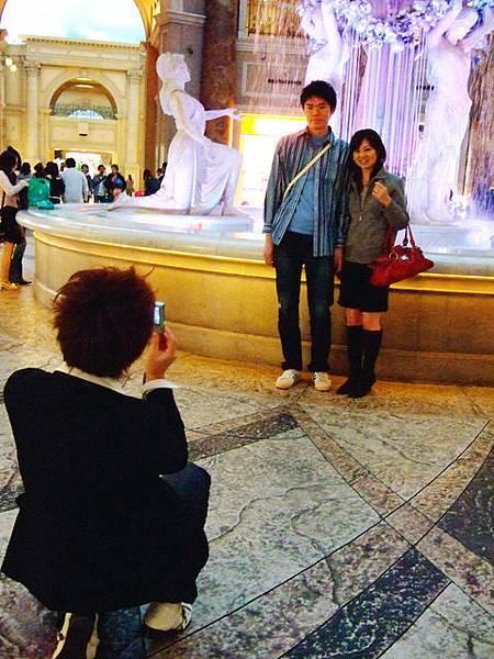 義務幫情侶們拍照的普羅Ryo
